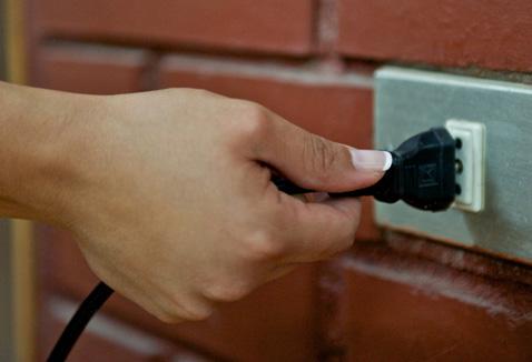 Cambios momentáneos de voltaje pueden dañar los electrodomésticos con el tiempo. Los chips y circuitos dentro de los mismos son altamente sensitivos. A menos que estos componentes reciban un flujo de energía estable no funcionarán como fueron diseñados. Los flujos inestables de energía pueden corromper los equipos, estos son losTipos de Problemas de Energía: Apagones: Pérdida total de energía. Mientras los apagones normales pueden durar un par de horas, cuando son relacionados con tormentas eléctricas o inundaciones pueden durar días o semanas. Este tipo de apagón puede dañar los electrodomesticos forzando un reinicio o incluso al regresar la energía se