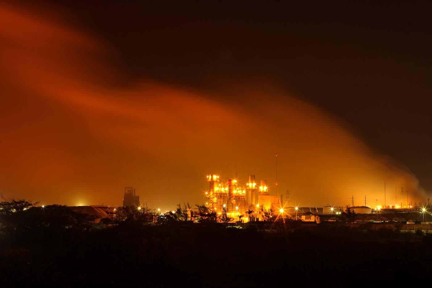 Una columna de humo se eleva sobre la planta petroquímica de Petróleos Mexicanos en Coatzacoalcos, México, el miércoles 20 de abril de 2016. Una explosión sacudió la planta en la costa sur del golfo de México, causando decenas de heridos. (AP Foto/Felix Marquez)