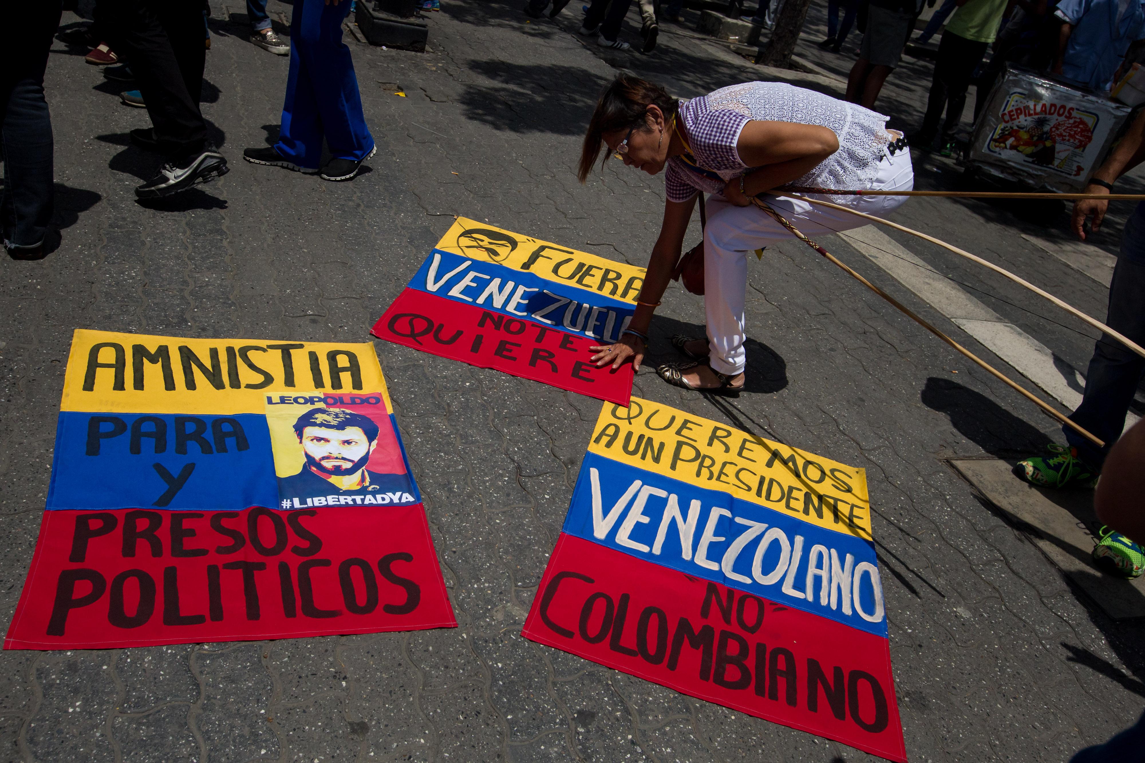 CAR01. CARACAS (VENEZUELA), 27/04/2016.- Personas participan hoy, miércoles 27 de abril de 2016, en el acto de recolección de firmas para activar el proceso revocatorio al mandato del presidente de Venezuela Nicolás Maduro en la ciudad de Caracas (Venezuela). La oposición venezolana dijo hoy que espera que el referendo para revocar el mandato del presidente Nicolás Maduro se haga entre noviembre y diciembre próximos, cálculo que se realiza un día después de que el Consejo Nacional Electoral (CNE) diera el formato de recolección de firmas para su activación. EFE/MIGUEL GUTIÉRREZ