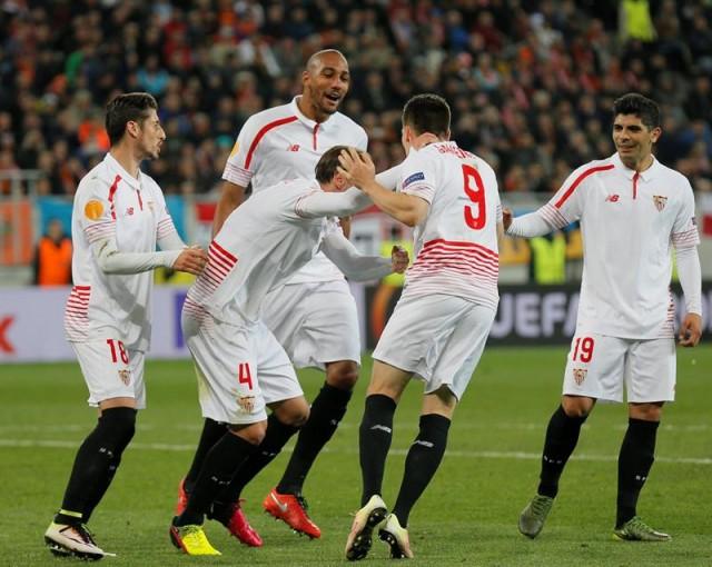 Kevin Gameiro (2d) de Sevilla celebra su gol ante Shakhtar Donetsk durante el partido de ida de las semifinales de la Liga Europa en el estadio Arena Lviv de Kiev (Ucrania). EFE