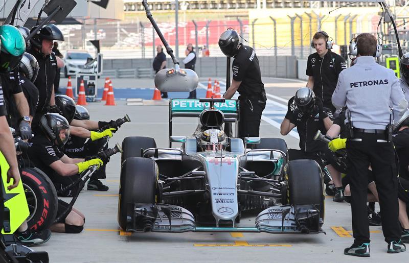 El piloto británico de Fórmula Uno, Lewis Hamilton de Mercedes AMG durante la primera sesión de entrenamientos libres en el circuito autódromo de Sochi, Rusia. EFE