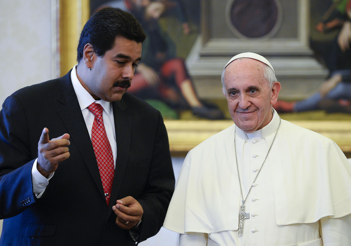 Pope Francis poses with Venezuela's President Nicolas Maduro during a meeting at the Vatican June 17, 2013.   REUTERS/Andreas Solaro/Pool      (VATICAN - Tags: RELIGION POLITICS)