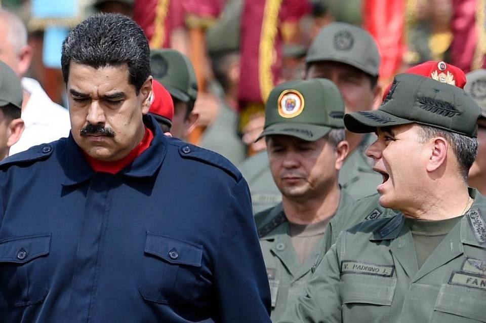 El presidente Nicolás Maduro y el ministro de Defensa de Venezuela, Vladimir Padrino López, durante un desfile militar (Foto AFP)