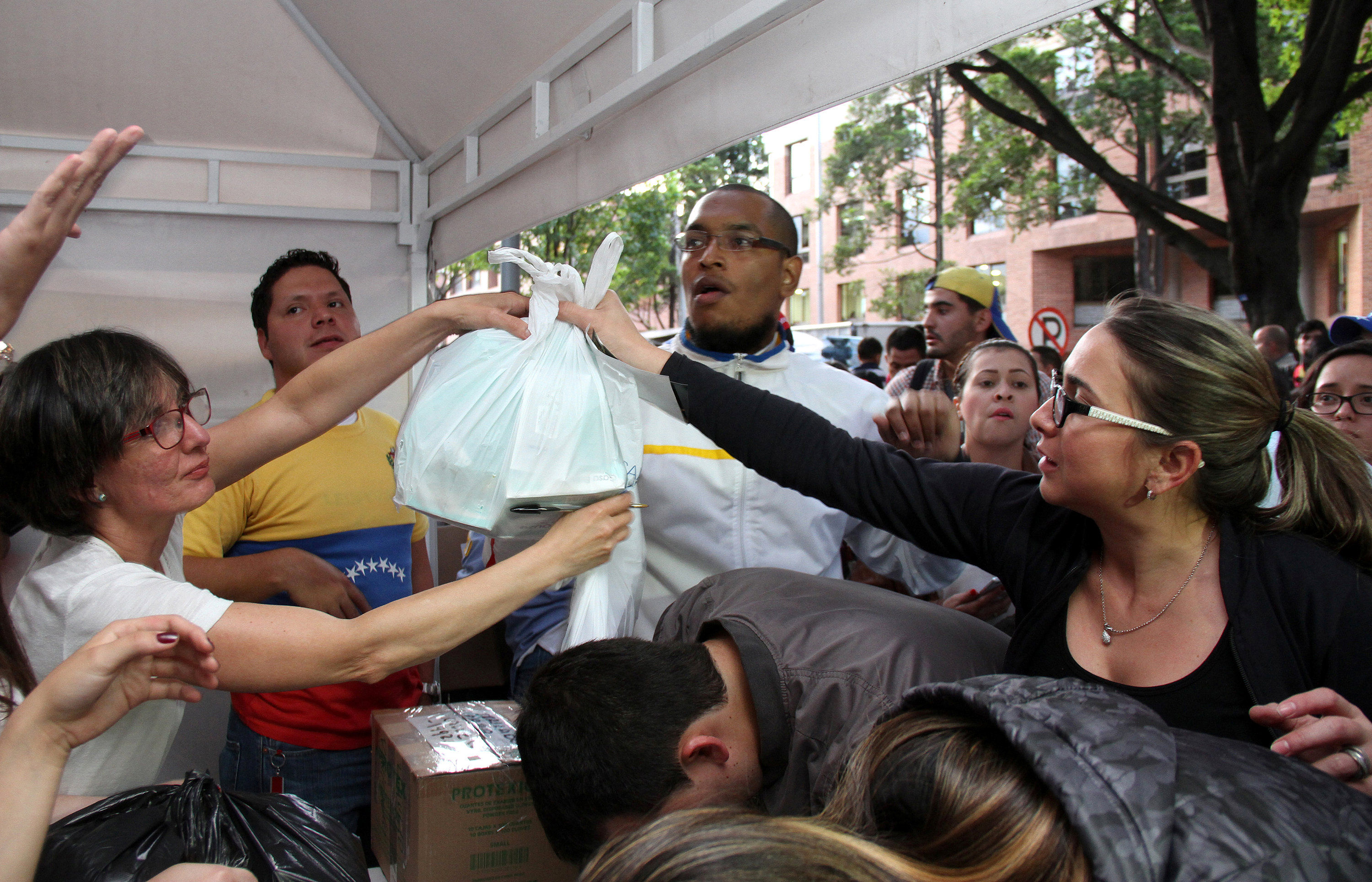 People deliver medicine and medical supplies that will be taken by Lilian Tintori, wife of imprisoned Venezuelan opposition leader Leopoldo Lopez, to Venezuela, in Bogota, Colombia, May 19, 2016. REUTERS/Felipe Caicedo EDITORIAL USE ONLY. NO RESALES. NO ARCHIVE.