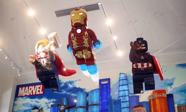 Superheroes de Lego en una tienda de  Disneyen Shanghai. Foto: Imaginechina/REX/Shutterstock