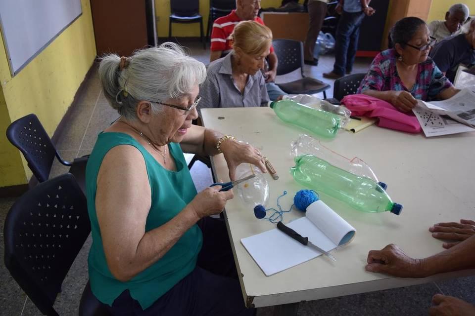 Una mujer prepara botellas plásticas para sembrar vegetales en un curso sobre agricultura urbana en la Universidad Simón Rodríguez, en Caracas. Jim Wyss Miami Herald JIM WYSS