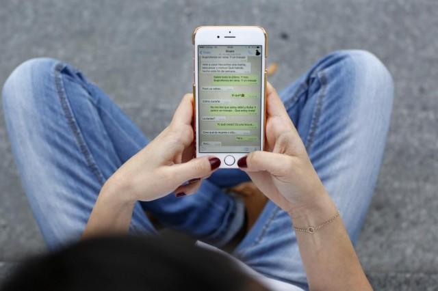 Las conversaciones de WhatsApp, sobre todo en los grupos, pueden ser un caos. Por esto, ahora la aplicación incluye un nuevo botón que permite citar un mensaje anterior y contestar, según reseña CNET En iOS es necesario presionar durante uno o dos segundos un mensaje para responder. Esta opción aparecerá junto a las de Reenviar, Resaltar, Copias o Eliminar. En cuanto se da a Responder, el texto aparece en el campo de redacción. En el caso de Android, también hay que hacer presión en el mensaje a citar un par de segundos. Aparecerá el menú de acciones, que aparece en