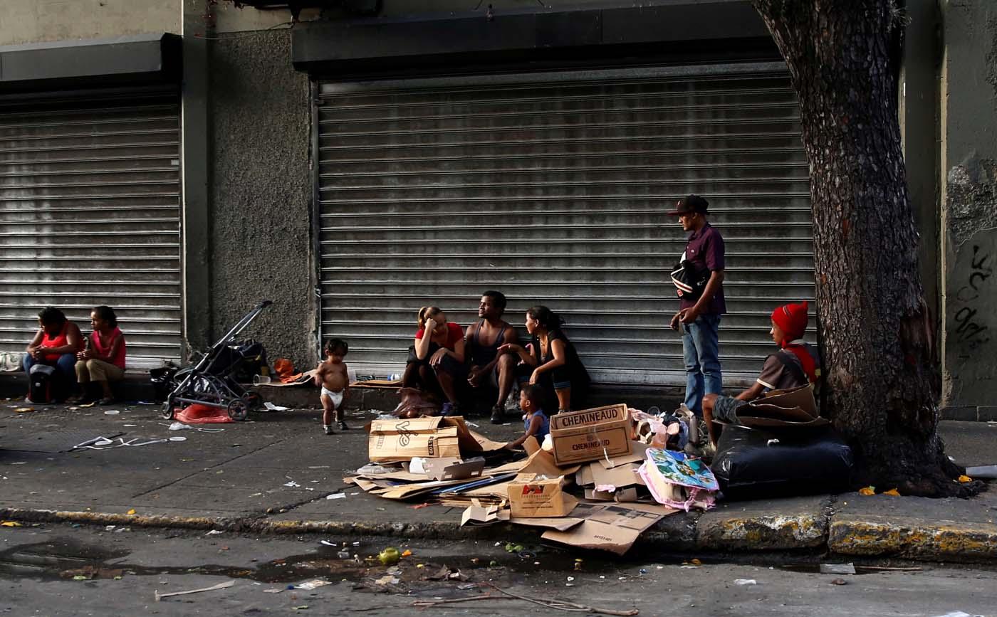 Venezolanos buscan qué comer en la basura (Foto Reuters)