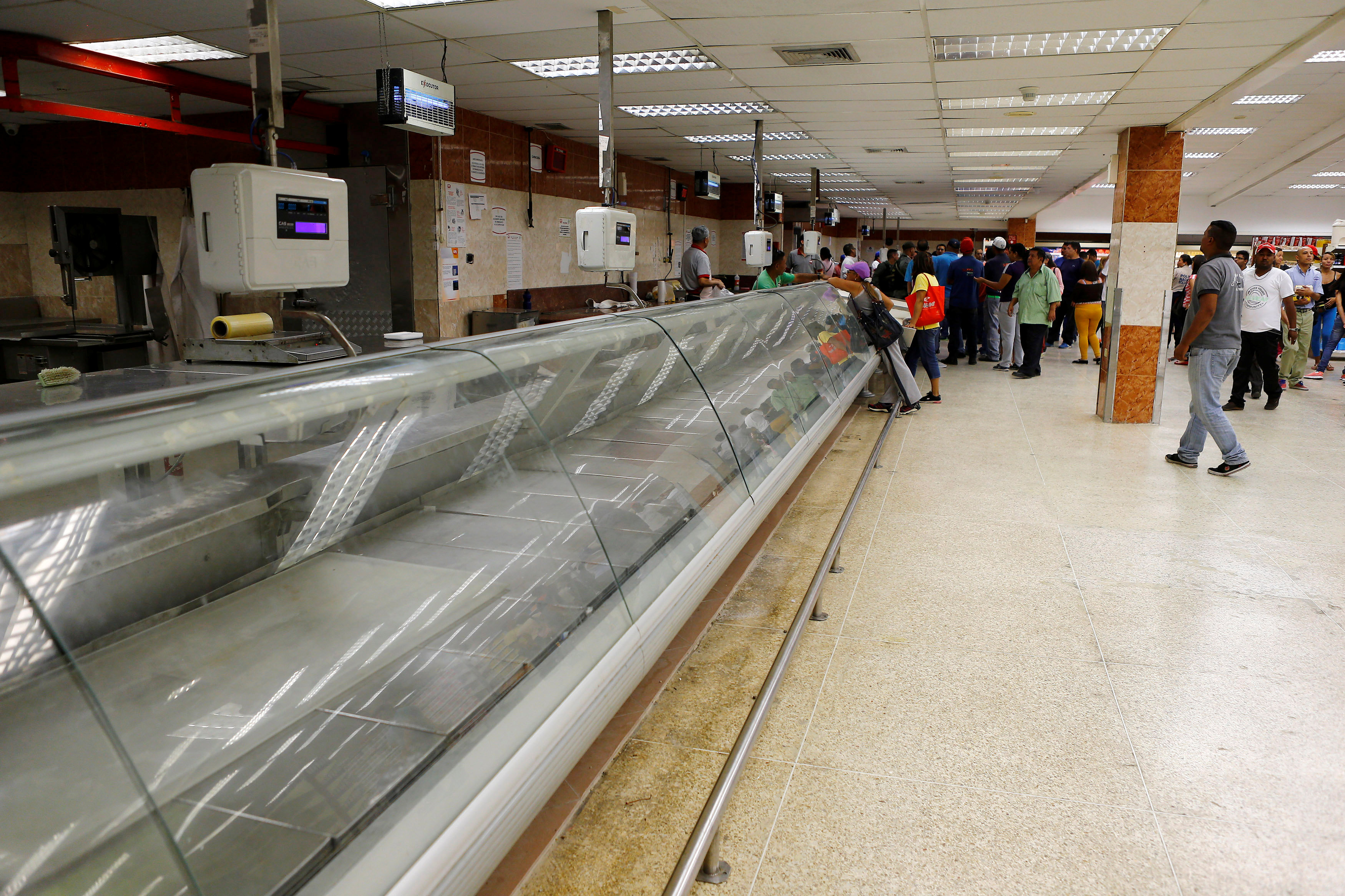 An empty refrigerator is seen inside a supermarket in Caracas, Venezuela, June 10, 2016. REUTERS/Ivan Alvarado