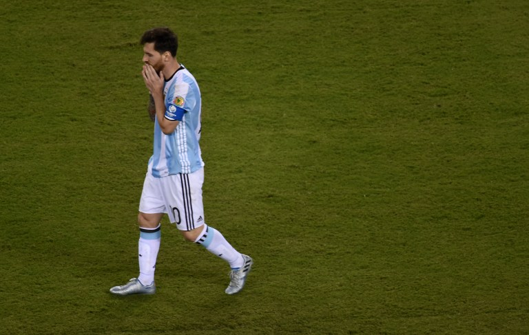 Argentina's Lionel Messi walks after missing his shot during the penalty shoot-out against Chile during the Copa America Centenario final in East Rutherford, New Jersey, United States, on June 26, 2016.  / AFP PHOTO / DON EMMERT