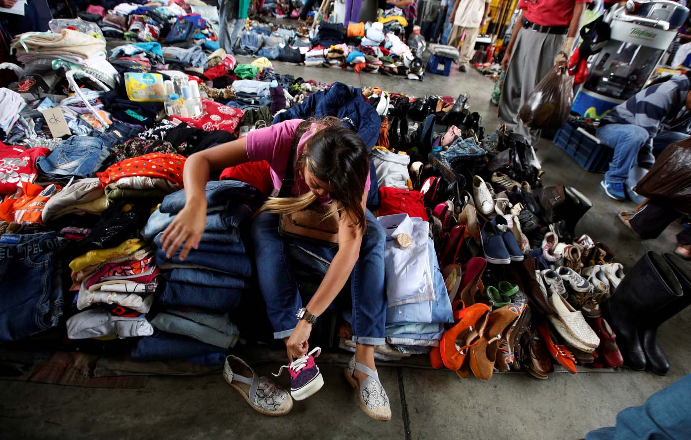 Venezolanos venden su ropa usada para comprar comida