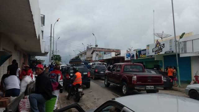 Prensa brasileña: Venezolanos invaden la  frontera con Santa Elena en busca de comida