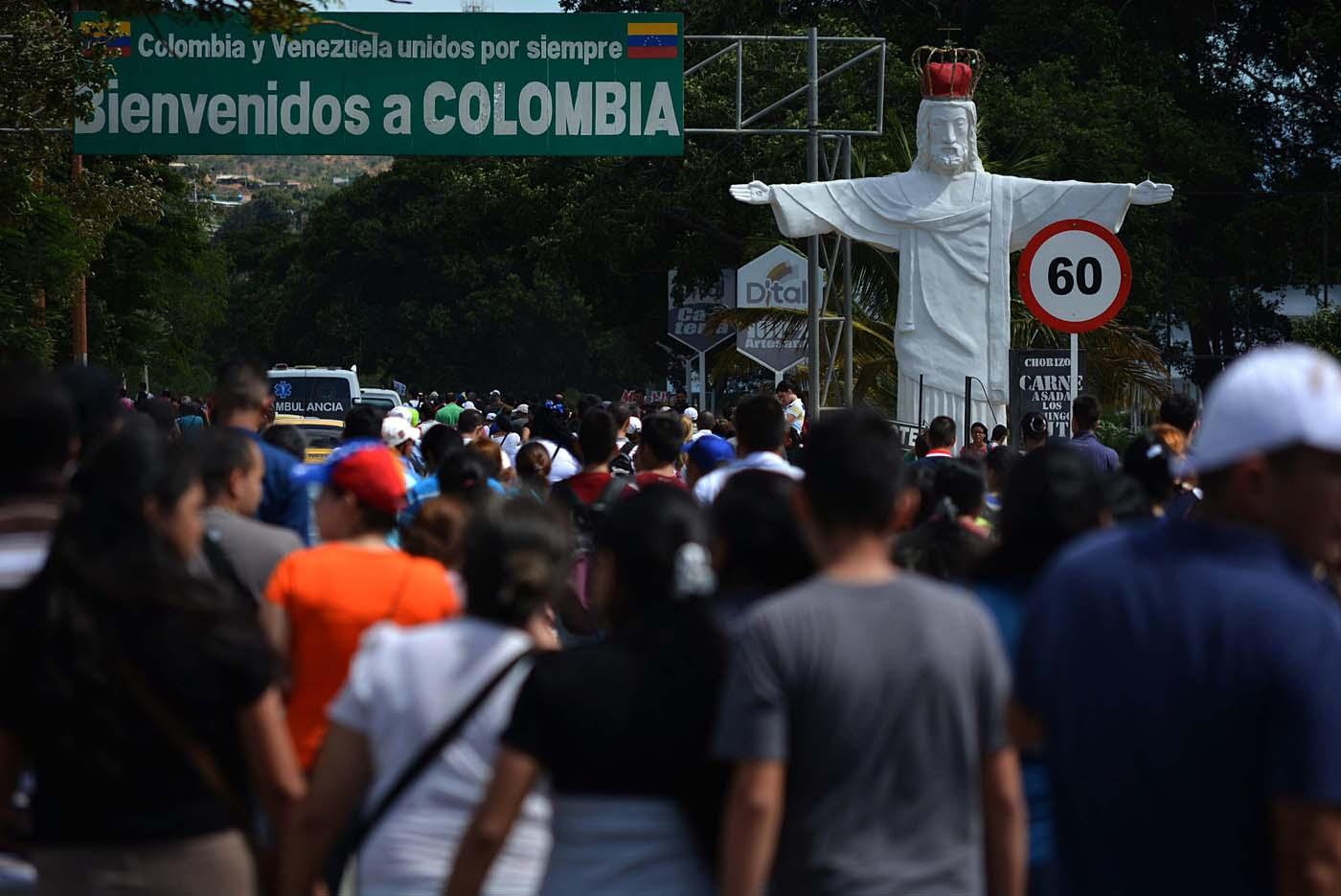 CAR08. SAN ANTONIO DEL TÁCHIRA (VENEZUELA), 17/07/2016.- Ciudadanos venezolanos cruzan hoy, domingo 17 de julio de 2016, el puente fronterizo Simón Bolívar hoy, domingo 17 de julio de 2016, en San Antonio del Táchira (Venezuela). Unos 35.000 venezolanos cruzaron a primera hora de hoy a Colombia a través de tres puentes internacionales para comprar víveres, artículos de primera necesidad y medicamentos, en una nueva jornada de apertura temporal en la frontera, informaron fuentes oficiales. EFE/Gabriel Barrero
