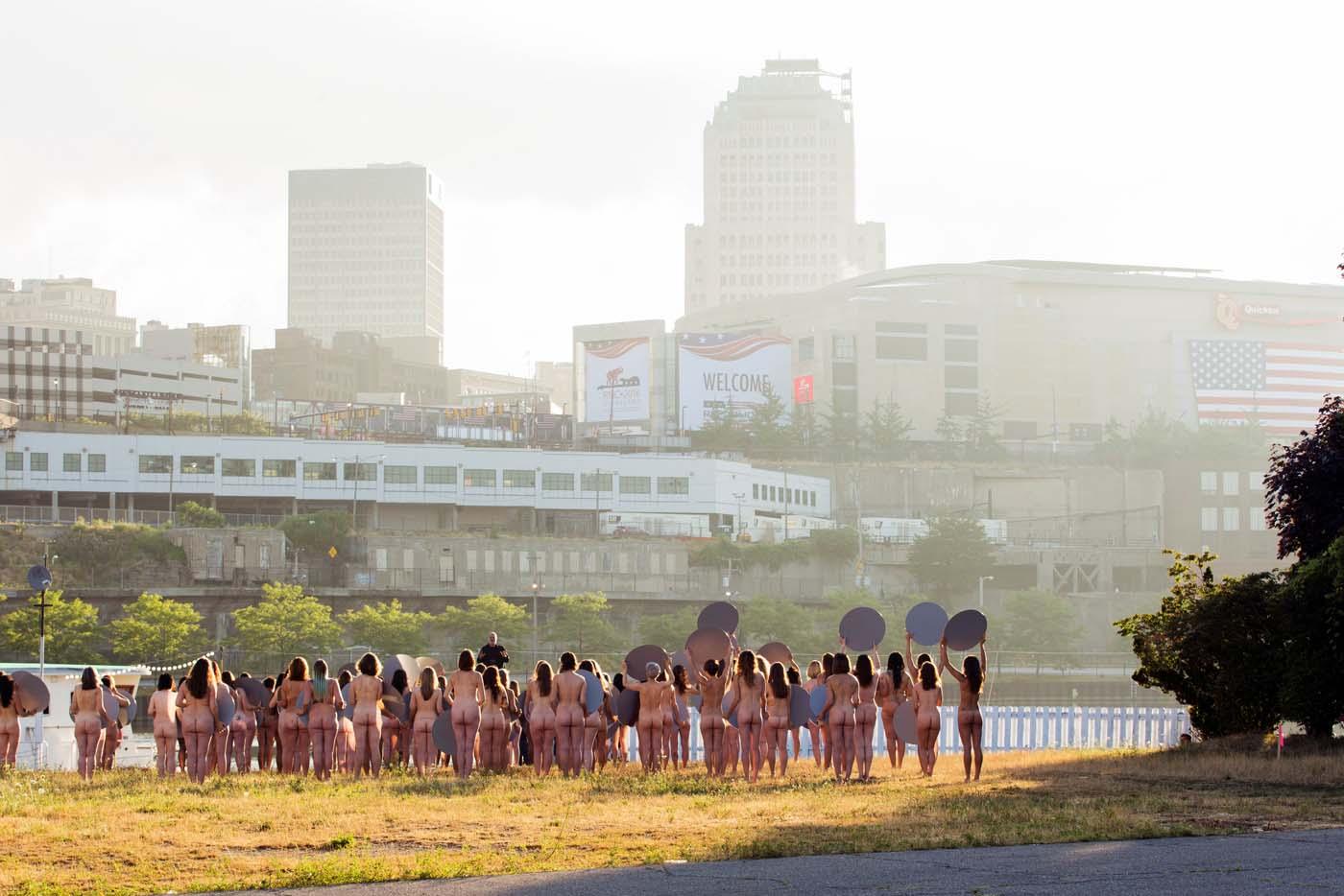 VÍDEO: 100 Mujeres desnudas protestan en Cleveland aunque es ilegal quitarse la ropa en público.
