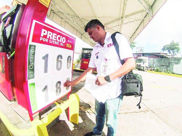 Funcionarios de Pdvsa colocaron en avisos gigantes los nuevos precios. (Foto/Jhovan Valdivia)