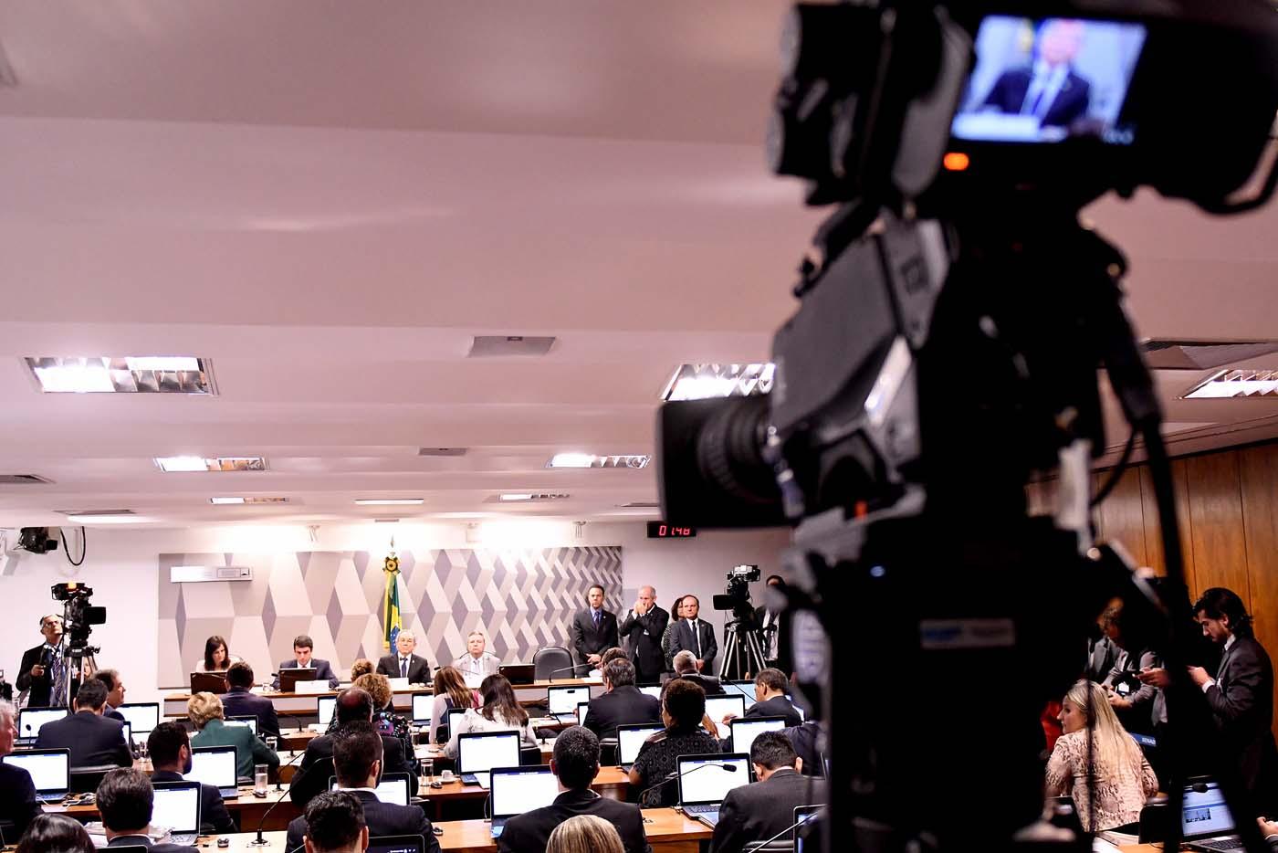 """BRA1000. BRASILIA (BRASIL), 04/08/2016.- Vista general durante una votación en la Comisión del Senado hoy, jueves 4 de agosto de 2016. La Comisión del Senado a cargo del proceso, que vota hoy el informe que pide su destitución, identificó """"plenas razones"""" para avanzar hacia la pérdida del mandato de Rousseff, quien responde por graves irregularidades en el manejo de los presupuestos del Estado. EFE/Cadu Gomes"""