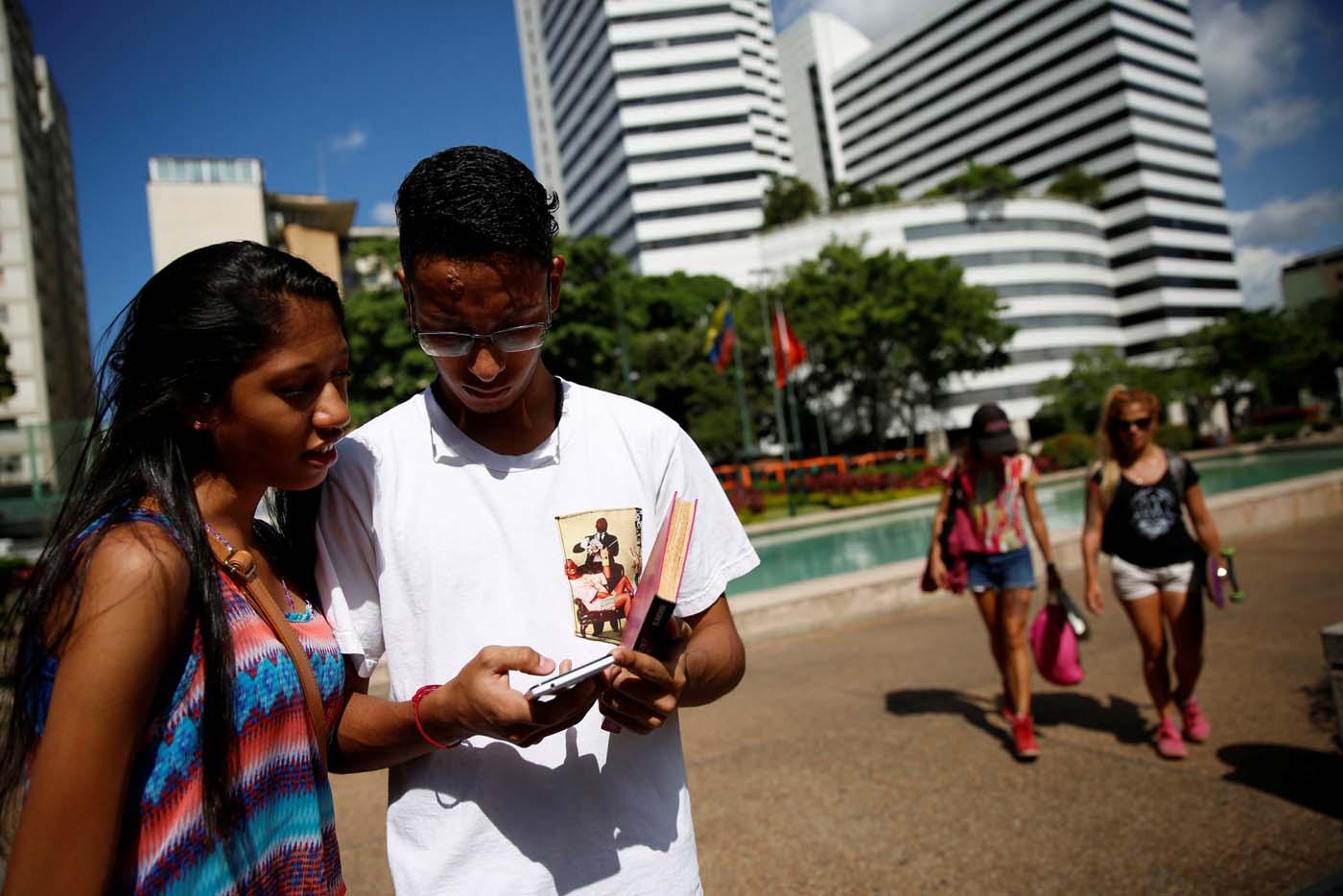 """(Foto Reuters) Cada vez que sale a las calles de Caracas para capturar a los pequeños monstruos de Pokémon Go, Cristian Fragoza desafía la feroz inseguridad que golpea a Venezuela, uno de los países más violentos del mundo. por Esteban ROJAS/AFP Frente a un centro comercial, este estudiante de filosofía de 18 años y un grupo de jóvenes que fraternizaron por internet se divierten con el juego de realidad aumentada, mirando absortos las pantallas de sus teléfonos móviles por si aparece un Pokémon. """"Somos una resistencia contra los delincuentes"""", dijo Fragoza, """"enamorado"""" de un pasatiempo que en este país tampoco"""