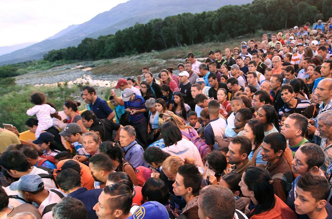 GRA064 CÚCUTA (COLOMBIA), 13/08/2016.- La frontera de Colombia y Venezuela, que permanecía cerrada desde hace casi un año, fue reabierta hoy al paso peatonal y miles de venezolanos pasaron a la ciudad de Cúcuta para comprar alimentos y medicinas. Horas antes de la apertura, que se produjo a las 05.00 hora colombiana (10.00 GMT) tal y como estaba previsto, miles de personas se reunieron en el lado venezolano del Puente Internacional Simón Bolívar, que une la localidad colombiana de Cúcuta y la venezolana de San Antonio del Táchira. EFE/MAURICIO DUEÑAS CASTAÑEDA