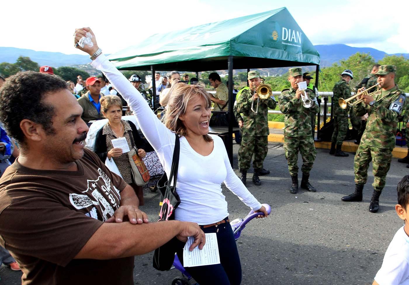GRA101. CÚCUTA (COLOMBIA), 13/08/2016.- Ciudadanos procedentes de Venezuela entran a Colombia por el puente Simón Bolívar hoy, sábado 13 de Agosto de 2016 en Cúcuta (Colombia). La frontera de Colombia y Venezuela, que permanecía cerrada desde hace casi un año, fue reabierta hoy al paso peatonal y miles de venezolanos pasaron a la ciudad de Cúcuta para comprar alimentos y medicinas. Horas antes de la apertura, que se produjo a las 05.00 hora colombiana (10.00 GMT) tal y como estaba previsto, miles de personas se reunieron en el lado venezolano del Puente Internacional Simón Bolívar, que une la localidad colombiana de Cúcuta y la venezolana de San Antonio, según pudo constatar Efe. EFE/MAURICIO DUEÑAS CASTAÑEDA