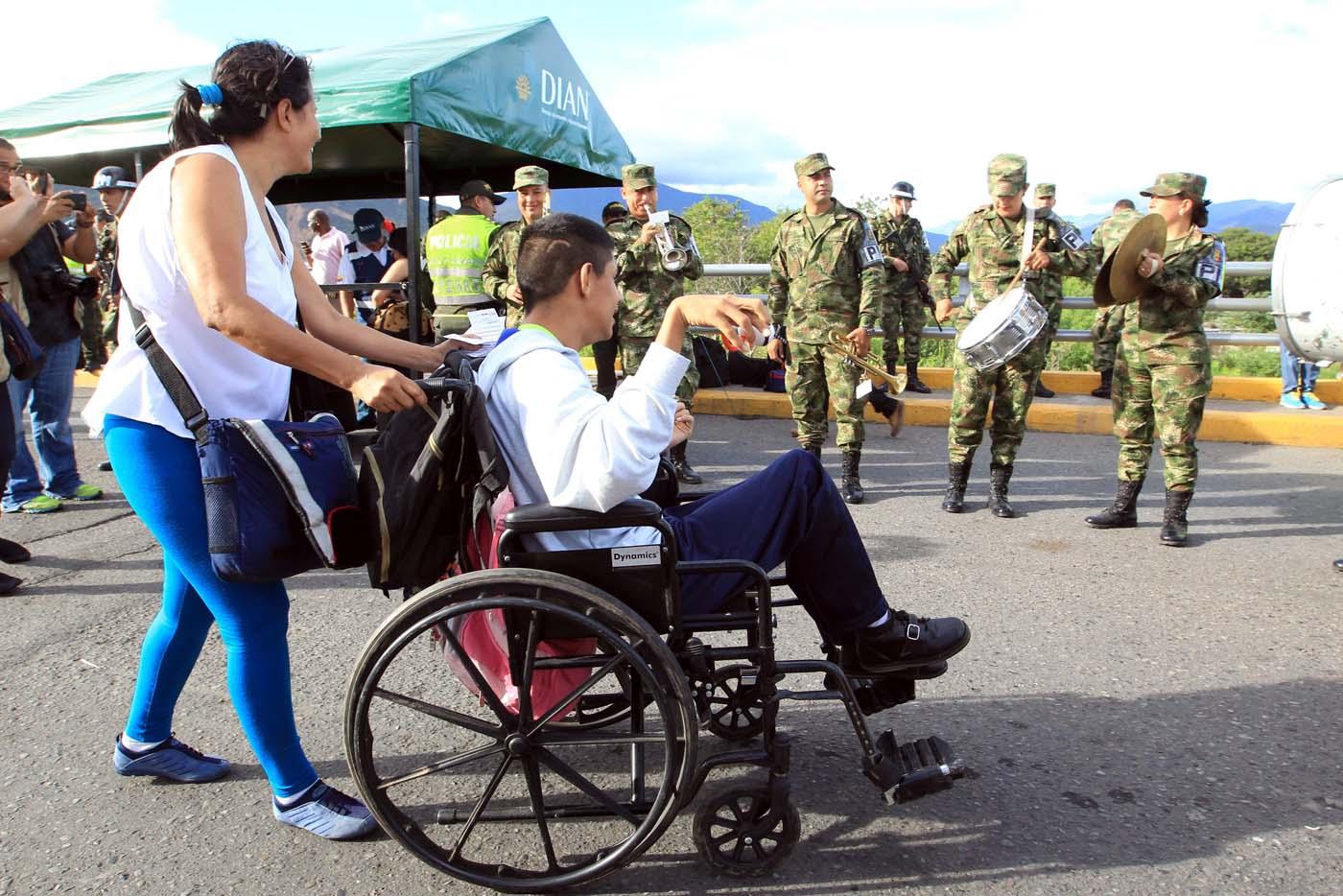GRA103. CÚCUTA (COLOMBIA), 13/08/2016.- Ciudadanos procedentes de Venezuela entran a Colombia por el puente Simón Bolívar hoy, sábado 13 de Agosto de 2016 en Cúcuta (Colombia). La frontera de Colombia y Venezuela, que permanecía cerrada desde hace casi un año, fue reabierta hoy al paso peatonal y miles de venezolanos pasaron a la ciudad de Cúcuta para comprar alimentos y medicinas. Horas antes de la apertura, que se produjo a las 05.00 hora colombiana (10.00 GMT) tal y como estaba previsto, miles de personas se reunieron en el lado venezolano del Puente Internacional Simón Bolívar, que une la localidad colombiana de Cúcuta y la venezolana de San Antonio, según pudo constatar Efe. EFE/Mauricio Dueñas Castañeda