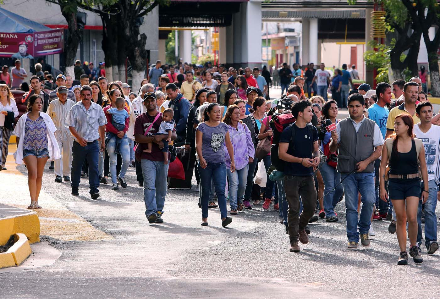 COL01. SAN ANTONIO (VENEZUELA), 13/08/2016.- Venezolanos hacen fila para salir por el puente internacional Simón Bolívar, frontera entre Colombia y Venezuela, hoy sábado 13 de agosto de 2016, en San Antonio (Venezuela). Alrededor de 20.000 ciudadanos de Venezuela ingresaron hoy a Colombia durante las primeras cinco horas en las que permaneció abierta la frontera entre ambos países que llevaba casi un año cerrada, informaron fuentes oficiales. EFE/MAURICIO DUEÑAS CASTAÑEDA