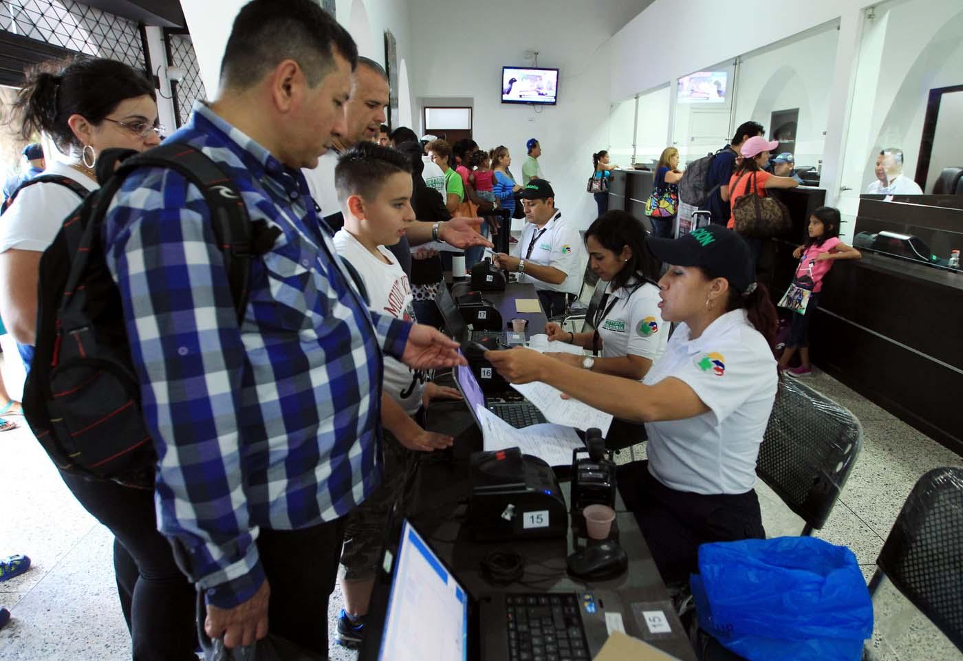 COL03. SAN ANTONIO (VENEZUELA), 13/08/2016.- Venezolanos realizan trámites migratorios para ingresar a Colombia hoy sábado 13 de agosto de 2016, desde San Antonio (Venezuela). Alrededor de 20.000 ciudadanos de Venezuela ingresaron hoy a Colombia durante las primeras cinco horas en las que permaneció abierta la frontera entre ambos países que llevaba casi un año cerrada, informaron fuentes oficiales. EFE/MAURICIO DUEÑAS CASTAÑEDA