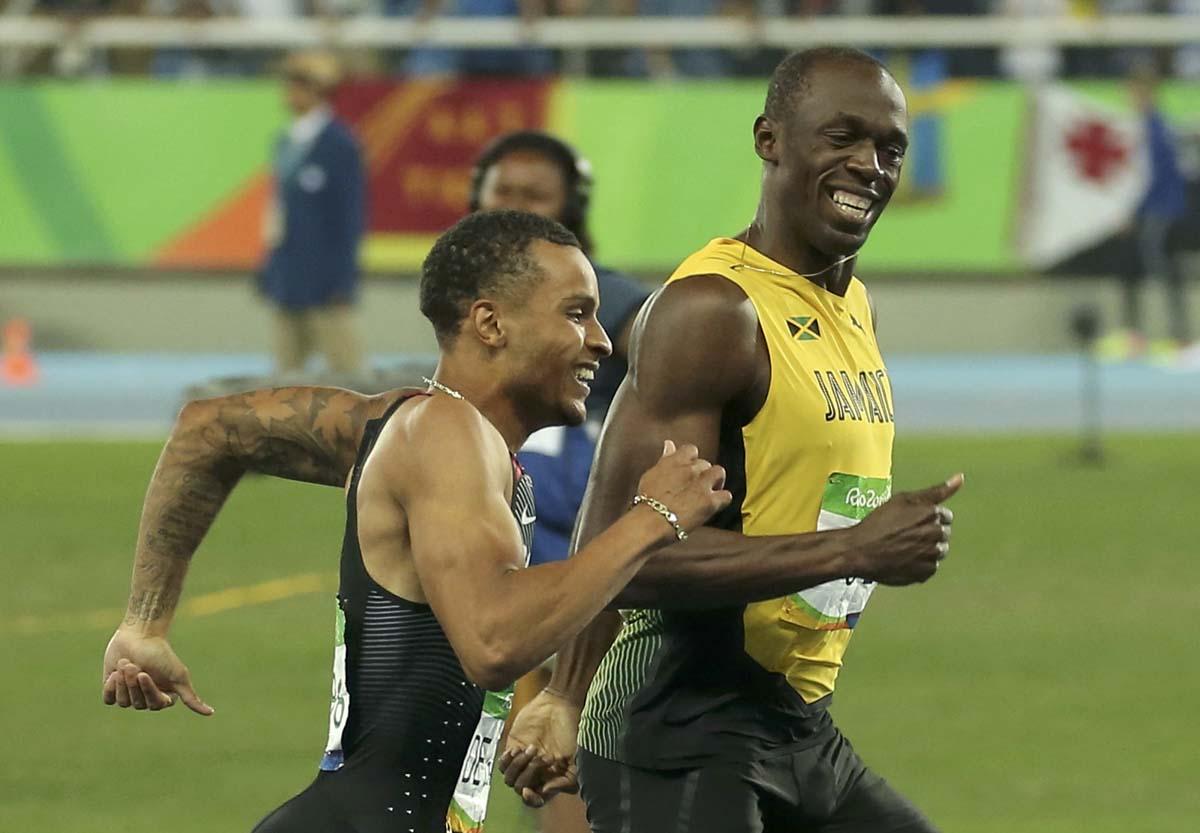 Foto del miércoles de Usain Bolt y Andre De Grasse sonriendo mientras cruzan la meta en la semifinal de los 200 mts planos en Río. 17/08/2016. Usain Bolt y Andre de Grasse serán los máximos favoritos en la final olímpica de los 200 metros de los Juegos de Río después de cruzar la línea juntos en las semifinales disputadas el miércoles, donde Justin Gatlin, medallista de plata en los 100 mts, y el jamaiquino Yohan Blake, no lograron clasificar. REUTERS/Gonzalo Fuentes