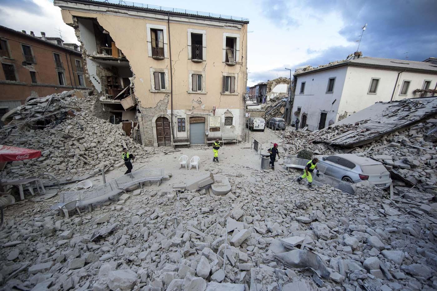 Un edificio se mantiene en pie luego de que parte de su estructura se derrumbase tras un sismo que remeció la localidad de Amatrice, en el centro de Italia, el 24 de agosto de 2016. (Massimo Percossi/ANSA via AP)