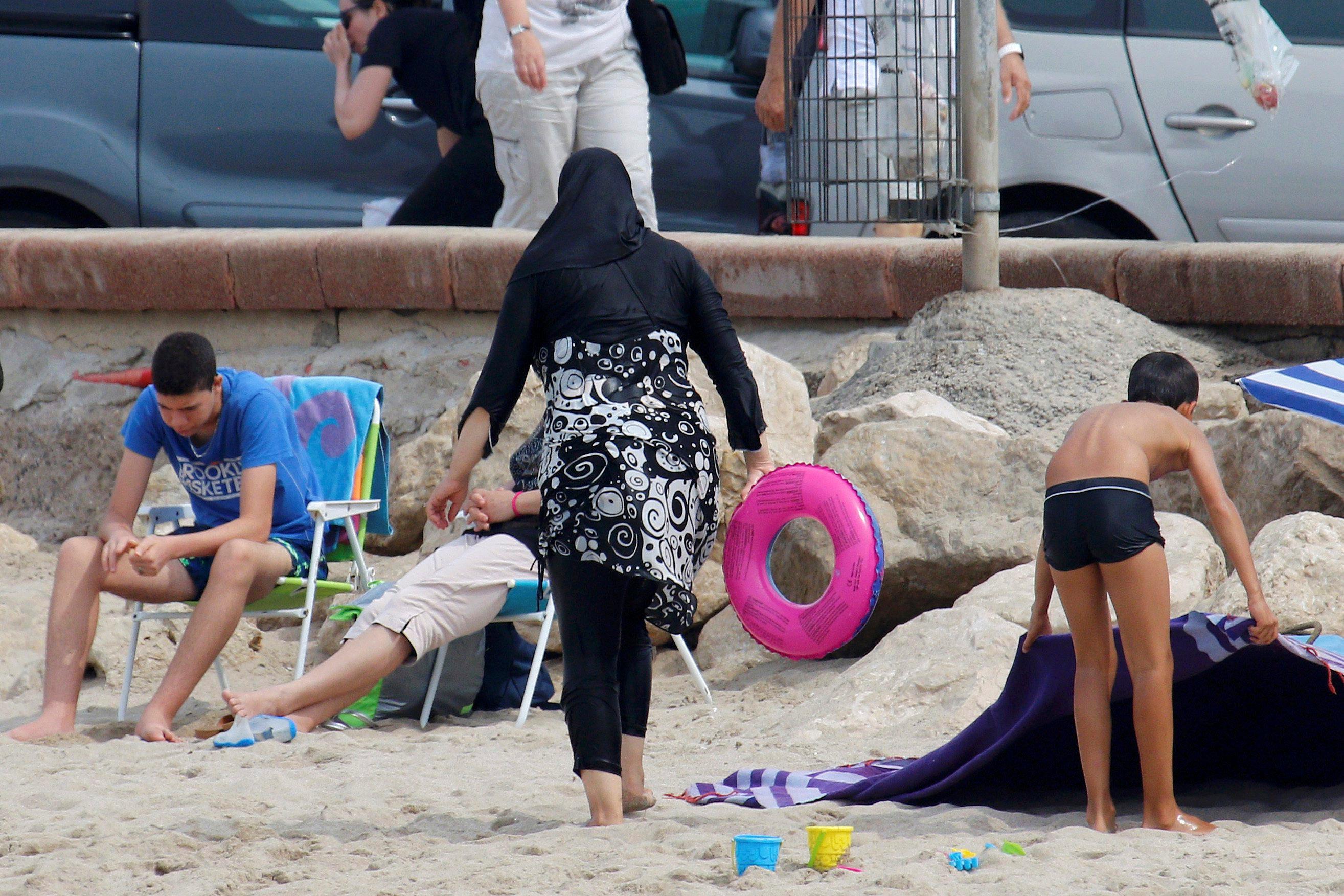 Mujer musulmana usa burkini en playas francesas