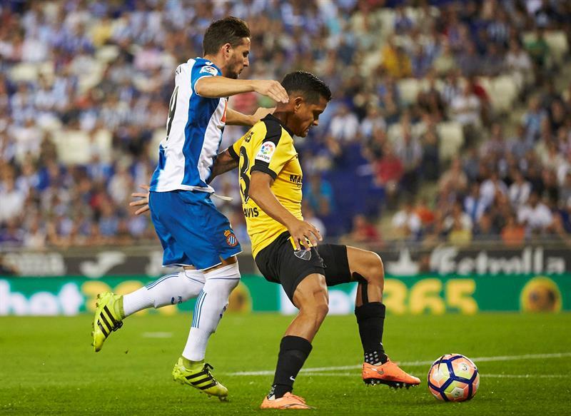 - El delantero argentino del RCD Espanyol Pablo Piatti (i) lucha el balón con el venezolano Roberto Rosales, del Málaga CF, durante el partido correspondiente a la segunda jornada de Liga en Primera División en el RCDE Stadium, en Cornellá.</body></html>