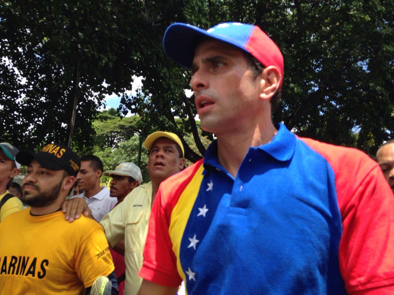 Capriles: Cada vez que el gobierno tiene el agua al cuello aparece Zapatero