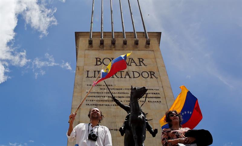 Un grupo de venezolanos residentes en Bogotá se congregan hoy, sábado 3 de septiembre de 2016, en el Monumento a los Héroes de Bogotá (Colombia) para exigir la revocatoria de Nicolás Maduro. EFE
