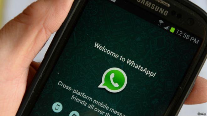 Un truco de WhatsApp que permite descubrir a los infieles está revolucionando las redes sociales. Antes de que te hagas emociones, avisamos que sólo está disponible para los usuarios y usuarias que tienen un iPhone, reseñó Qué. Si cumples con ese requisito, deberás superar otro importante: tener el valor de cogerle el teléfono móvil a tu pareja. Tú verás lo que haces pero quizás no es la mejor forma de asegurarse de las cosas. Si decides dar ese paso, vete a WhatsApp, pincha en 'Ajustes' y selecciona la opción 'Cuenta'. Allí habrá una función llamada 'Uso de almacenamiento' que te