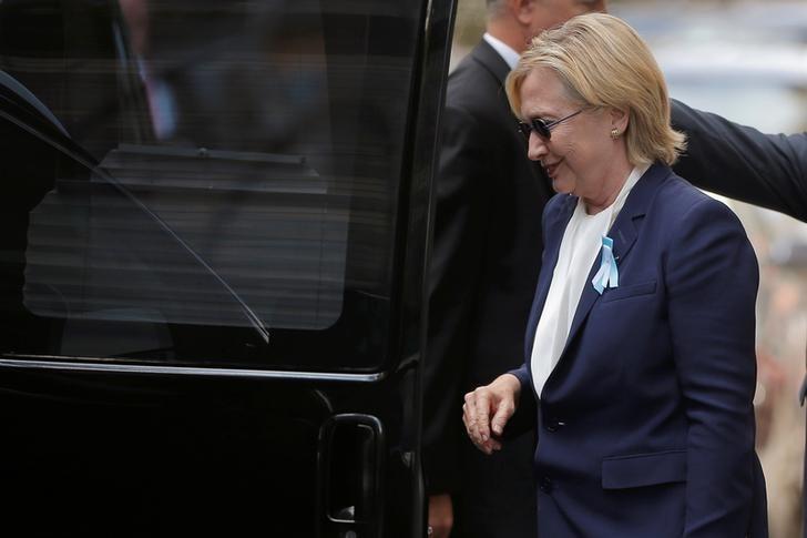 La candidata demócrata a la Casa Blanca, Hillary Clinton, sube a su auto afuera de la casa de su hija Chelsea, en Nueva York. 11 de septiembre de 2016.</body></html>