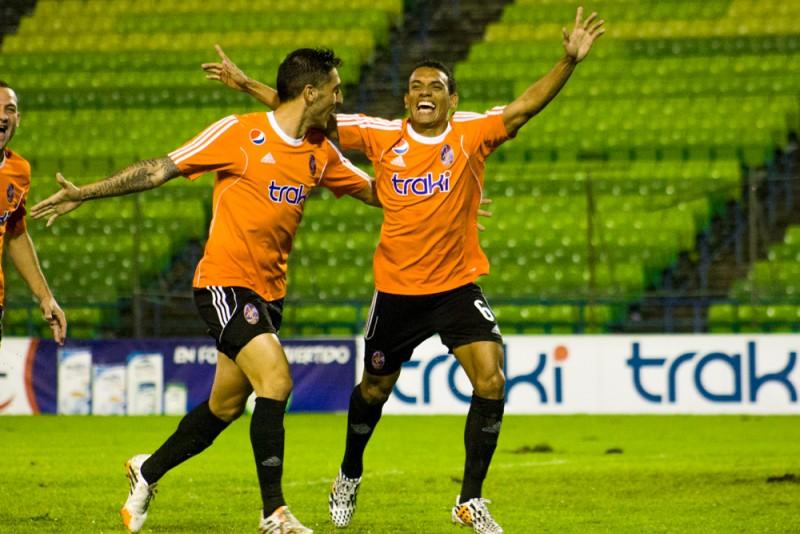 El jugador Arquímedes Figuera (D) celebra un tanto de su equipo.</body></html>