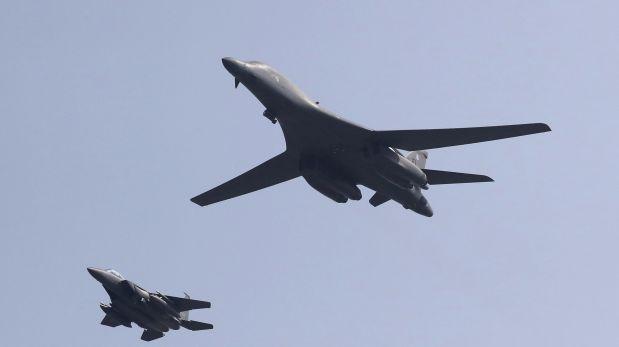 Un bombardero B-1 de Estados Unidos es escoltado por un avión de guerra de Corea del Sur. Foto: AP