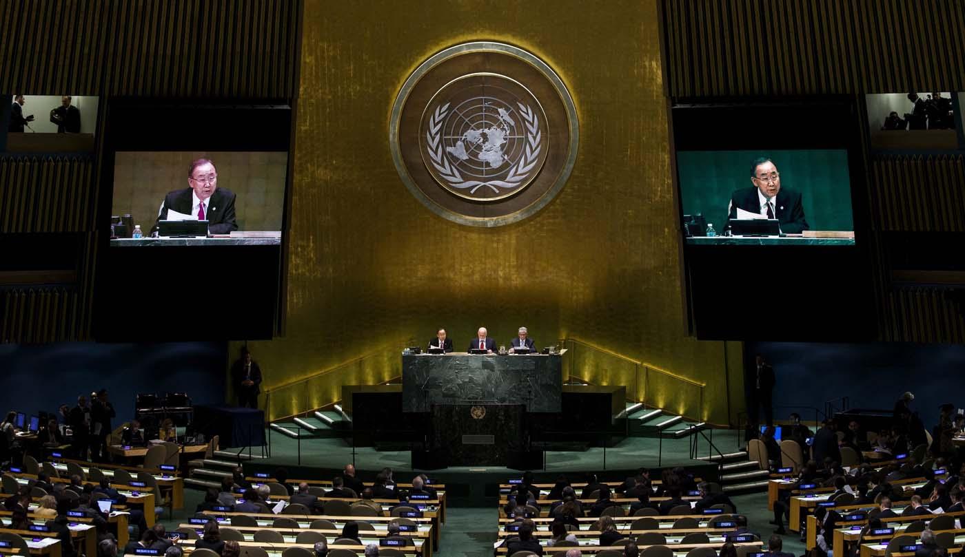 JLX02 NUEVA YORK (ESTADOS UNIDOS), 19/09/2016.- El secretario general de las Naciones Unidas, Ban Ki-moon (ci), pronuncia su discurso durante una cumbre para abordar la crisis de los refugiados y la situación de los migrantes, en la sede del a ONU en Nueva York, Estados Unidos, hoy, 19 de septiembre de 2016. Casi un centenar de jefes de Estado y de Gobierno intervendrán a lo largo del día en el marco de esta cumbre, a cuyo inicio los 193 países miembros de la ONU adoptaron una declaración comprometiéndose con la protección de refugiados y migrantes. EFE/JUSTIN LANE