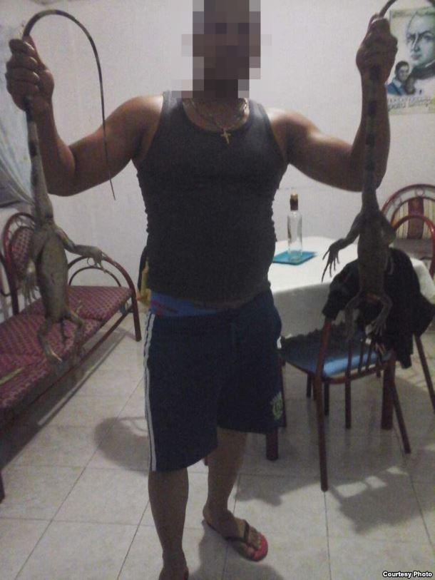Médicos cubanos cazan iguanas en Venezuela. Foto: martinoticias.com
