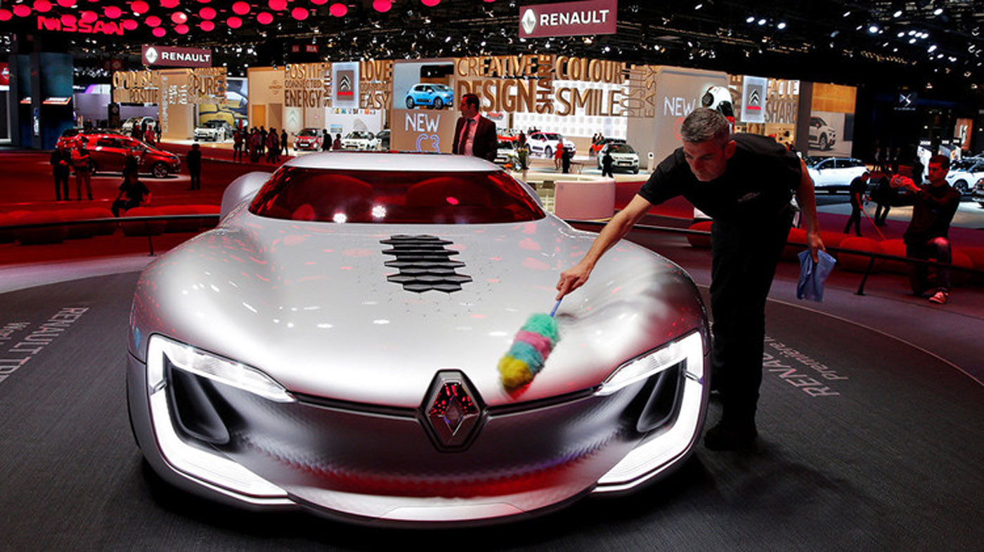 La francesa Renault trae su modelo TreZor, un prototipo futurista eléctrico con carrocería de carbono aerodinámica y una inusual apertura del capó. Su motor eléctrico de 350 caballos de vapor (CV) le permite acelerar de 0 a 100 kilómetros por hora en cuatro segundos.