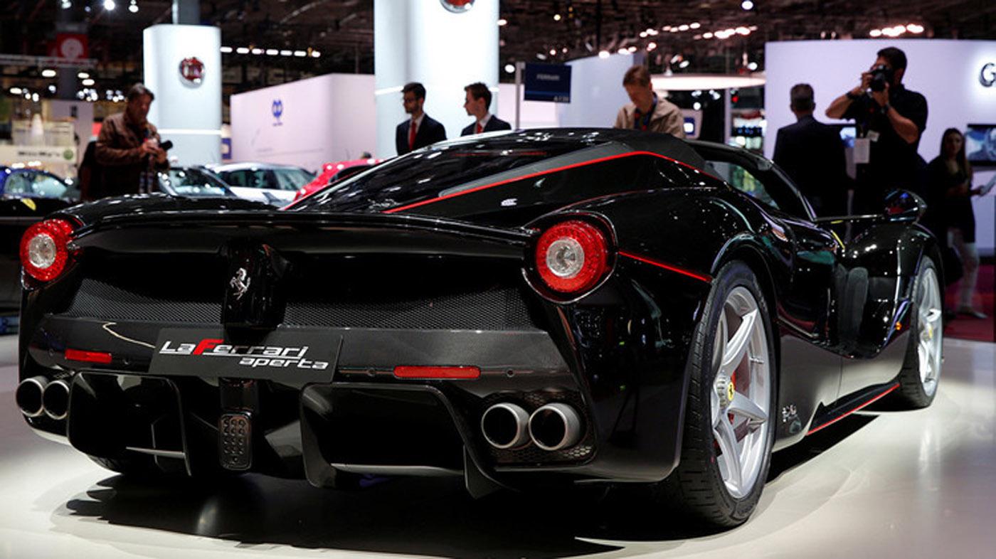 El nuevo LaFerrari Aperta fue elegido para conmemorar el 70.º aniversario de fundación de la italiana Ferrari. Todas las unidades puestas en venta se agotaron y fueron vendidas cada una por más de 2,3 millones de dólares. El descapotable alcanza una velocidad de 350 kilómetros por hora.