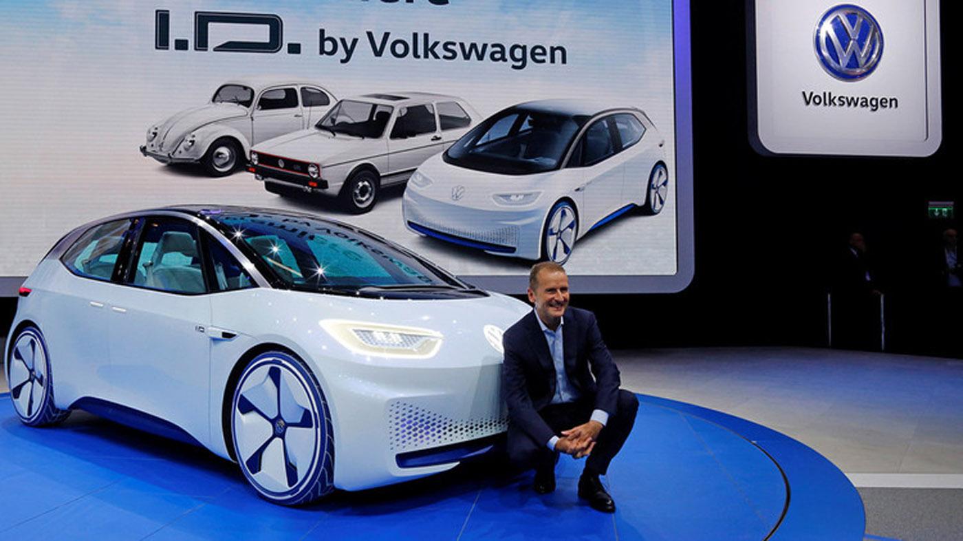 Volkswagen reveló este año su modelo I.D., el primer automóvil eléctrico de la alemana que promete una autonomía de 400 a 600 kilómetros y cuenta con conducción autónoma. Tiene un motor de 167 CV y un diseño completamente futurista. Saldrá al mercado en el año 2025.
