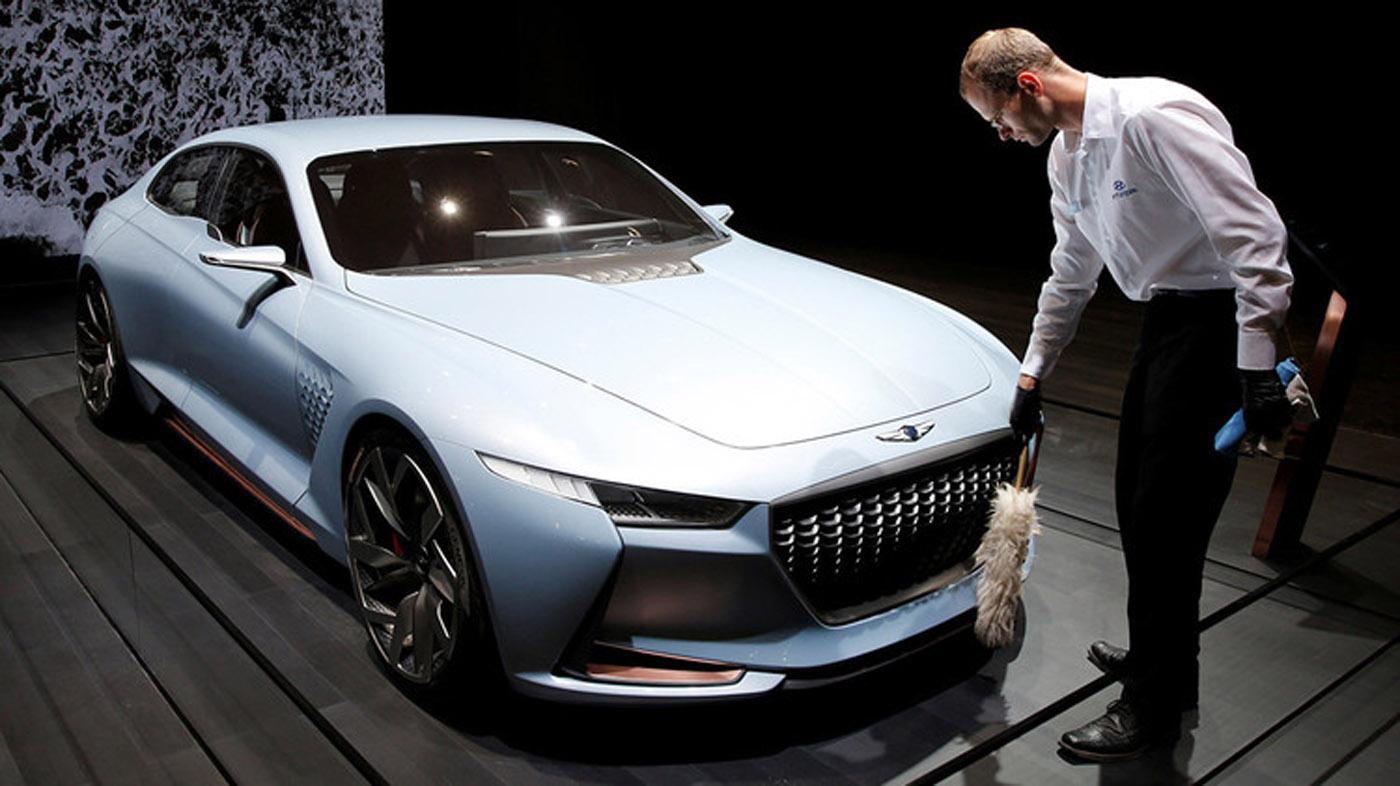 El Genesis G90 del grupo surcoreano Hyundai Motor es un sedán de lujo que cuenta con dos motores de gasolina V6 y un motor V8 acoplados a una transmisión automática. Cuenta con ocho velocidades y conducción semiautónoma.