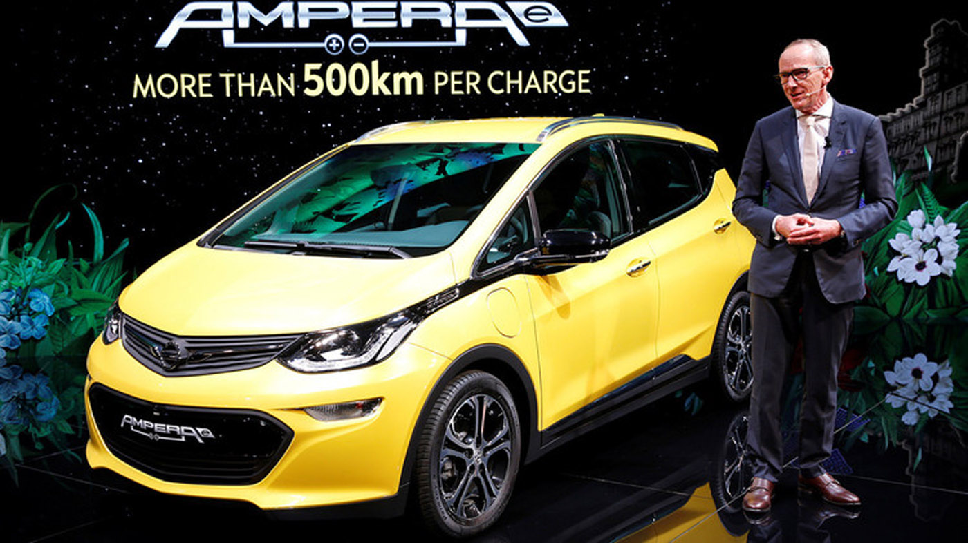 El Opel Ampera-e, del fabricante General Motors, es un vehículo eléctrico de cinco plazas con una batería que proporciona hasta 500 kilómetros de autonomía. El Ampera-e acelera de 0 a 100 kilómetros en menos de siete segundos y alcanza una velocidad de 150 kilómetros por hora.