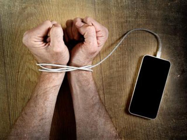 ¿Sabes que ya existen clínicas de desintoxicación para smartphone-adictos? Estos son los síntomas de que tu pasión por las redes sociales se está convirtiendo en un problema serio, reseño el portal Muy Interesante. En los últimos tiempos la adicción a las redes sociales se está convirtiendo en algo cada vez más común. Olvidarse del móvil llega a producir ansiedad a aquellos que no son capaces de mantenerse ni un segundo alejados de él. Nadie, hoy en día, sería capaz de poner en entredicho los beneficios que han traído consigo las nuevas tecnologías, sin embargo, condicionar nuestra vida a un dispositivo