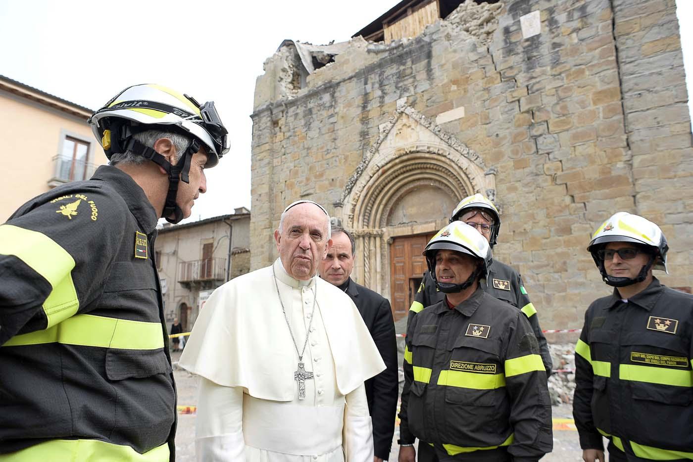 2016-10-04T084651Z_1592735644_S1BEUEZTBNAB_RTRMADP_3_POPE-AMATRICE-QUAKE