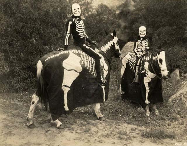 scary-vintage-halloween-creepy-costumes-34-57f65ae1f0212__605