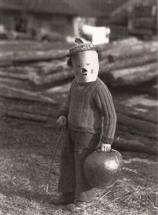 scary-vintage-halloween-creepy-costumes-43-57f6615593cba__605