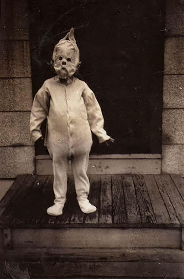 scary-vintage-halloween-creepy-costumes-64-57f74e320ea6b__605