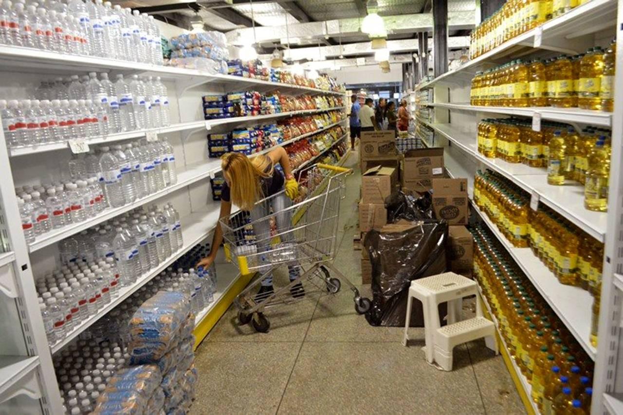 Una mujer compra productos brasileños en un supermercado de Puerto Ordaz, pagando el equivalente a 20 veces los precios oficiales. PHOTO: WILMER GONZALEZ