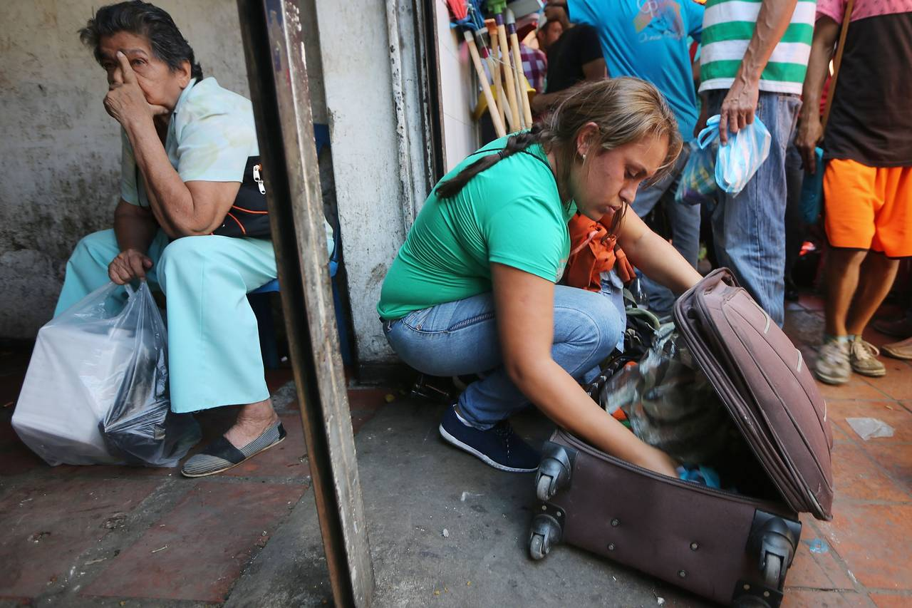Una mujer empaca los alimentos que compró tras un viaje de 14 horas a Colombia este mes. PHOTO: MARIO TAMA/GETTY IMAGES